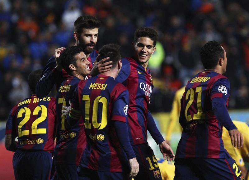 El delantero argentino del FC Barcelona Lionel Messi (3-d) celebra con sus compañeros tras marcar el cuarto gol ante el Apoel. Foto: EFE