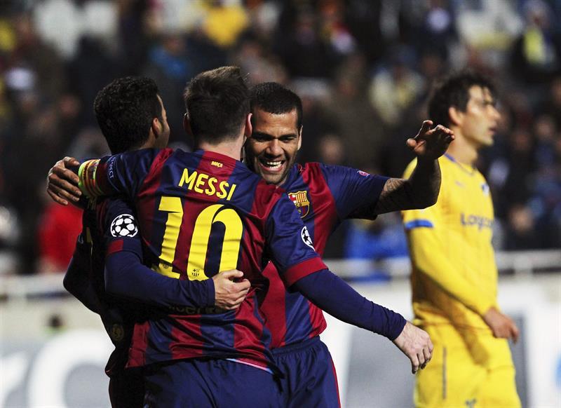 El delantero argentino del FC Barcelona Lionel Messi (2-i) celebra el cuarto gol ante el Apoel. Foto: EFE