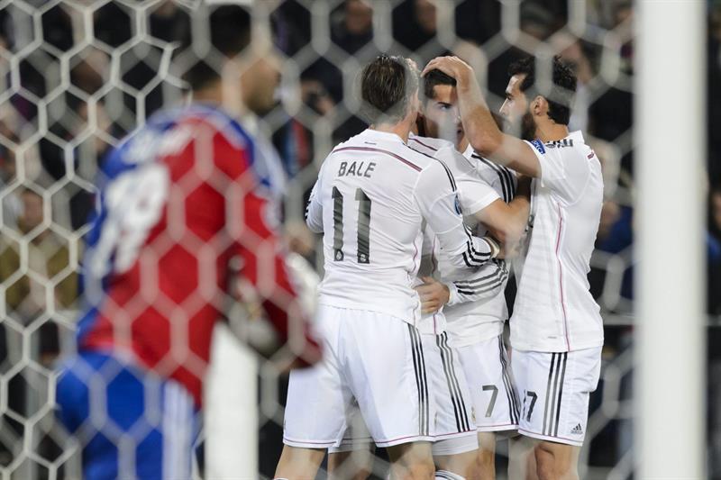 El delantero portugués del Real Madrid Cristiano Ronaldo (2d) es felicitado por sus compañeros. Foto: EFE