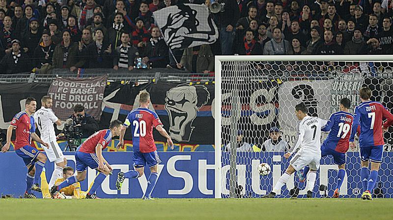 El delantero portugués del Real Madrid Cristiano Ronaldo (3d) marca el 0-1. Foto: EFE