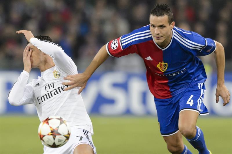 El delantero portugués del Real Madrid Cristiano Ronaldo (i) pelea por el balón. Foto: EFE