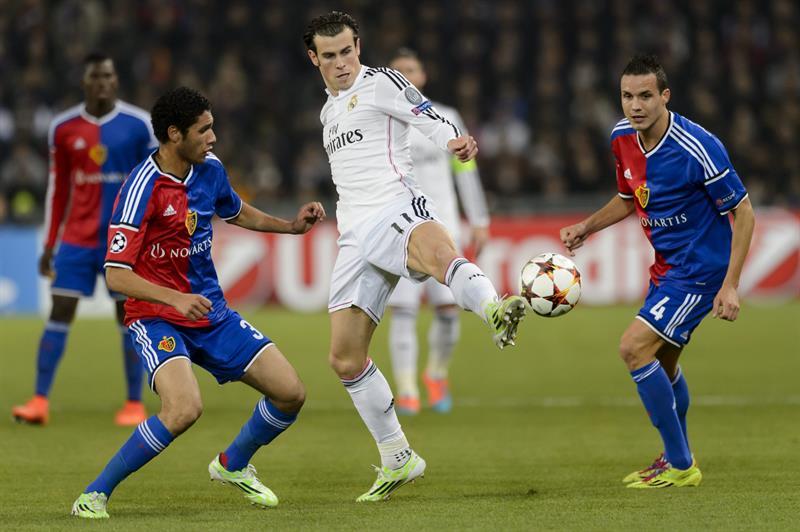 El delantero galés del Real Madrid Gareth Bale (c) pelea por el balón con Philipp. Foto: EFE