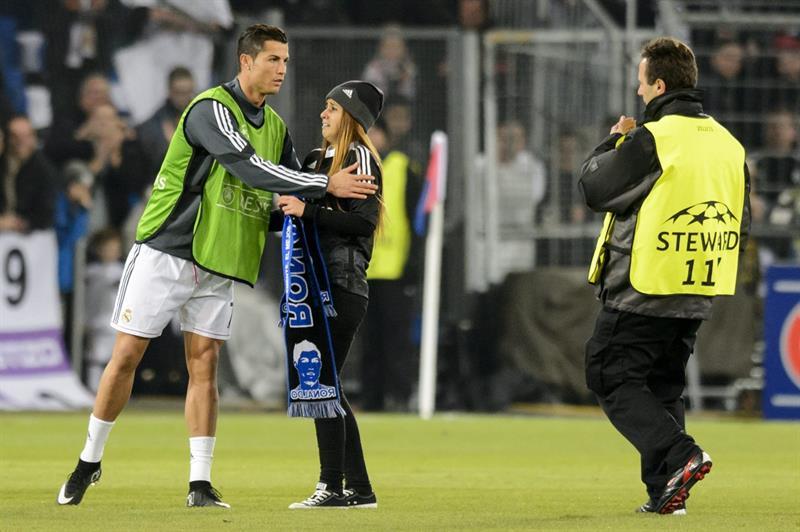 El jugador portugués Cristiano Ronaldo con una fanática del Real Madrid. Foto: EFE