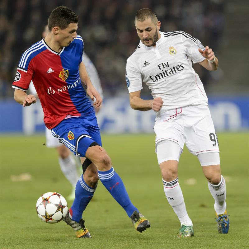 El delantero francés del Real Madrid Karim Benzema (d) pelea por el balón con Fabian. Foto: EFE