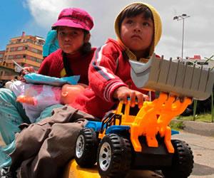 Entregan más de mil juguetes a niños de la zona de Puchucollo