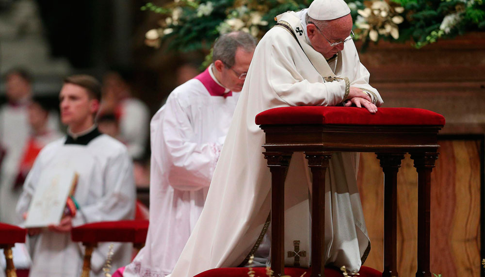 El papa Francisco durante la celebración de la misa de Gallo en la Basílica de San Pedro en la Ciudad del Vaticano. EFE