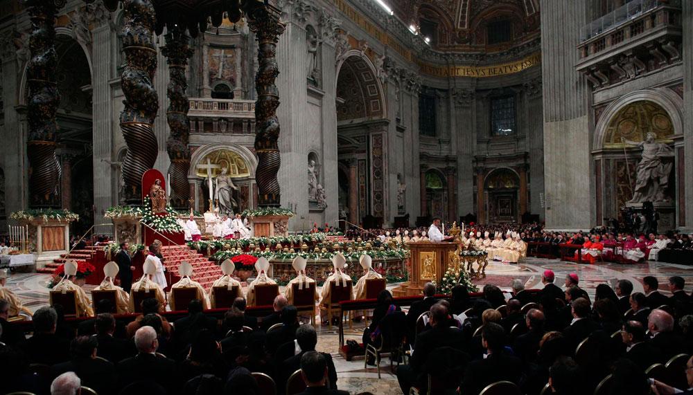 Panorámica de la Basílica de San Pedro en la Ciudad del Vaticano, durante la celebración de la misa de Gallo por el papa Francisco. EFE