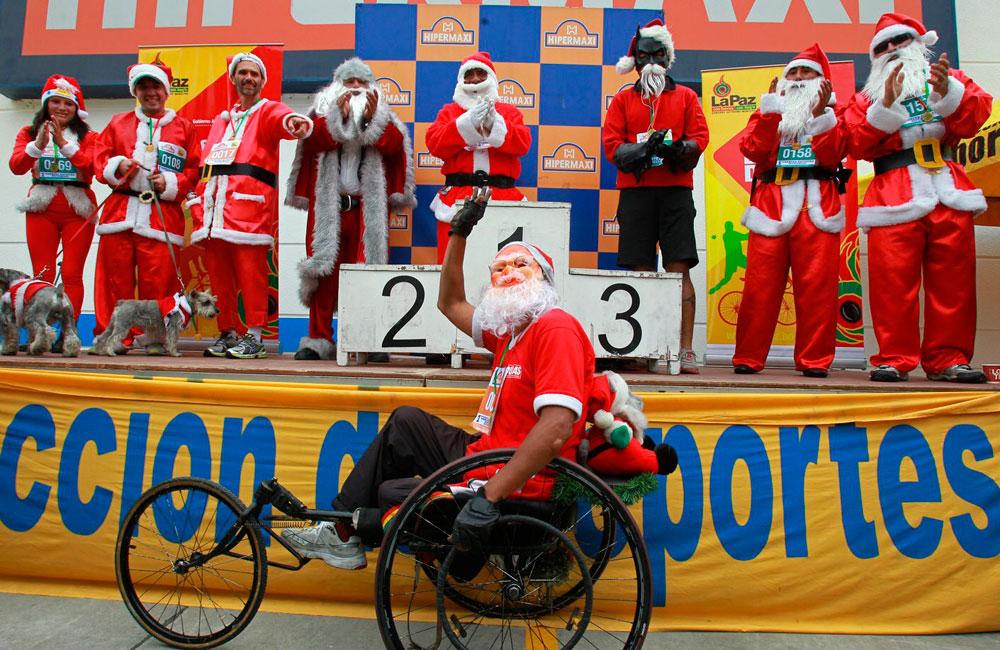 Primera carrera pedestre de Papá Noeles de 5 Kilómetros organizada por el Gobierno Autónomo Municipal de La Paz (GAMLP). Foto: EFE