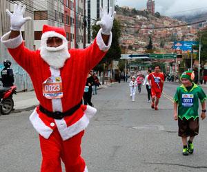 Papá Noeles recorren calles de La Paz en una carrera solidaria