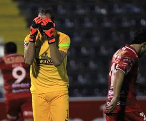 Hinchas del Alianza Lima agreden a los jugadores