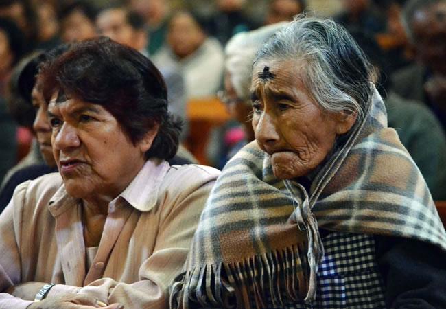 Cientos de católicos celebran el miércoles de Ceniza