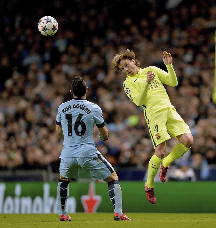 El centrocampista croata del FC Barcelona, Ivan Rakitic (d) lucha por el balón con el delantero argentino Sergio 'Kun' Agüero (i) del Manchester City. Foto: EFE