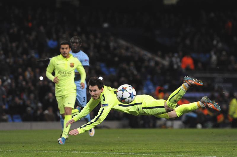 El delantero argentino FC Barcelona, Lionel Messi tratar de marcar en el rechace tras fallar un penalti. Foto: EFE
