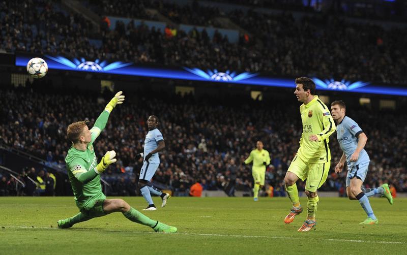 El delantero argentino FC Barcelona, Lionel Messi (d) trata de marcar ante el portero Joe Hart (i) del Manchester. Foto: EFE