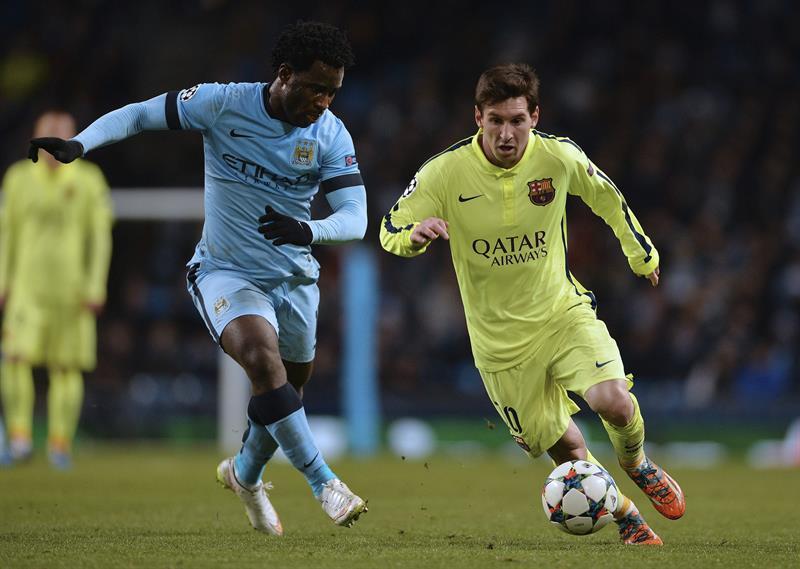 El delantero argentino del FC Barcelona, Lionel Messi (d) lucha el balón con Wilfried Bony (i), del Manchester. Foto: EFE