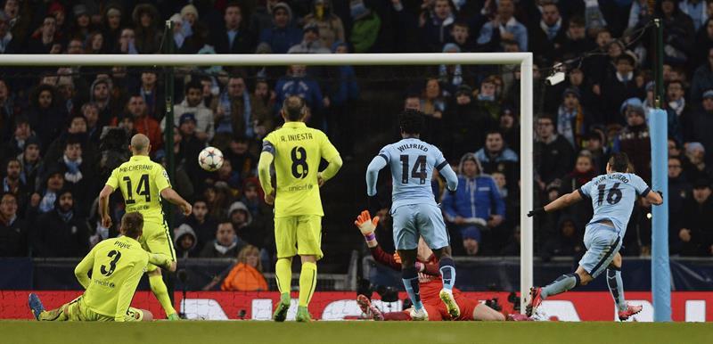 El delantero argentino del Manchester City, Sergio 'Kun' Agüero (d) marca el 1-2 ante el FC Barcelona. Foto: EFE