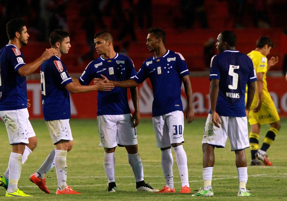 Jugadores de Cruzeiro celebran el empate ante Universitario en Sucre. Foto: EFE
