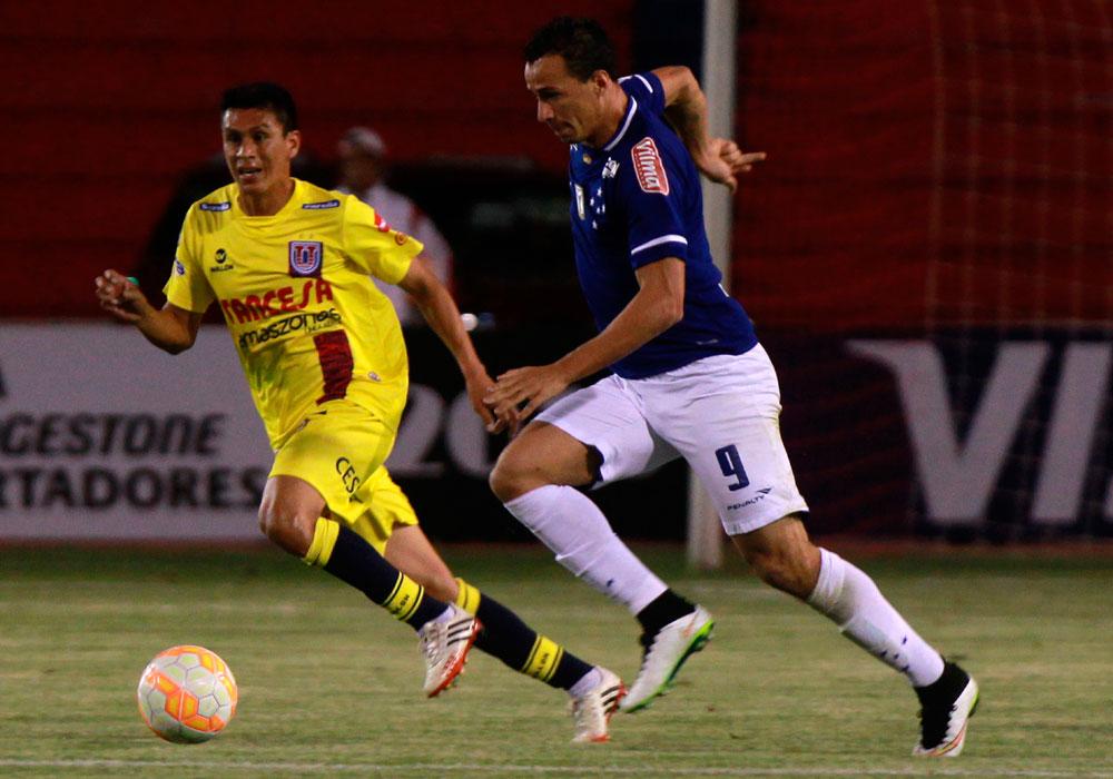 El jugador de Cruzeiro Leandro Damiao (d) conduce el balón ante la marca de Rolando Ribera (i), de Universitario. Foto: EFE