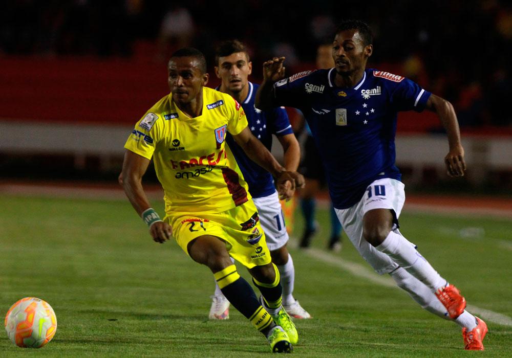 El jugador de Universitario Ramiro Ballivián (i) conduce el balón ante la marca de De Arrascaeta (d), del Cruzeiro. Foto: EFE