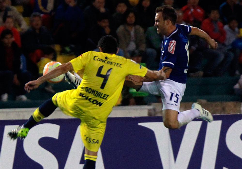 El jugador de Universitario Ignacio González (i) disputa el balón con Willian Farias (d), del Cruzeiro. Foto: EFE