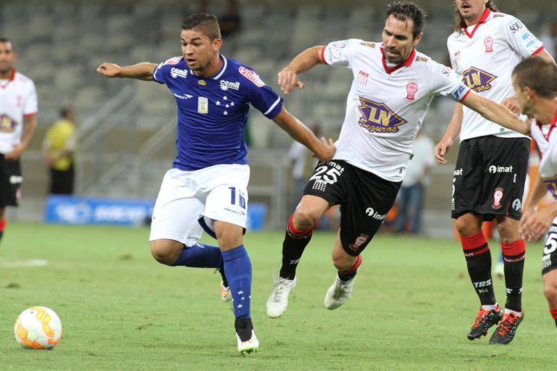 Judivan de Cruzeiro disputa el balón con Eduardo Domínguez (d) de Huracán. Foto: EFE