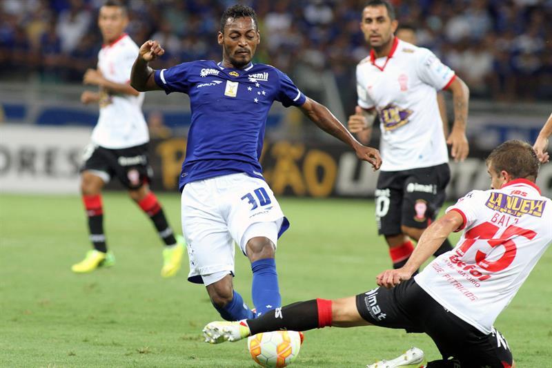 Marquinhos de Cruzeiro disputa el balón con Luciano Balbi (d) de Huracán. Foto: EFE