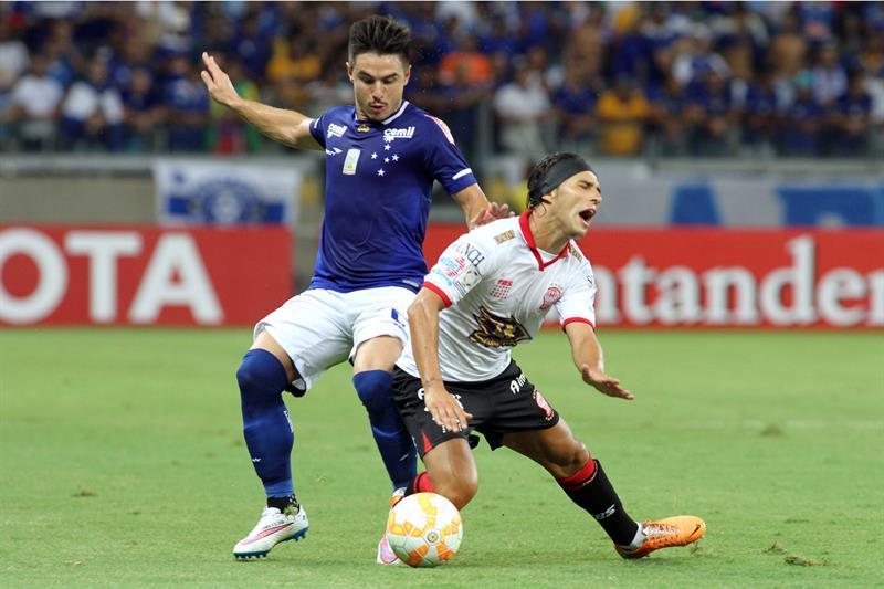 Willian (i) de Cruzeiro disputa el balón con Patricio Toranzo (d) de Huracán. Foto: EFE