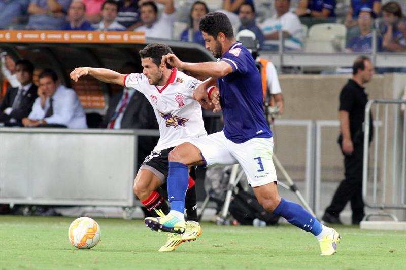 Leo de Cruzeiro disputa el balón con Agustín Torassa (i) de Huracán. Foto: EFE