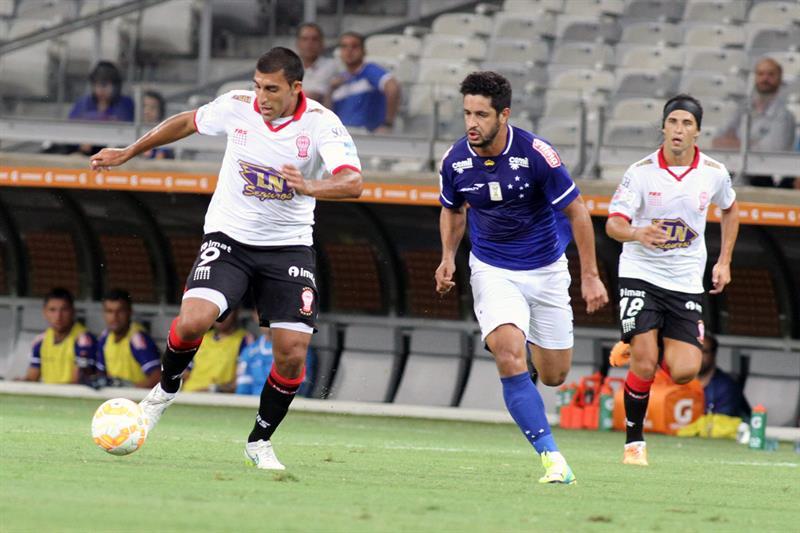 Leo (d) de Cruzeiro disputa el balón con Ramón Abila (i) de Huracán. Foto: EFE