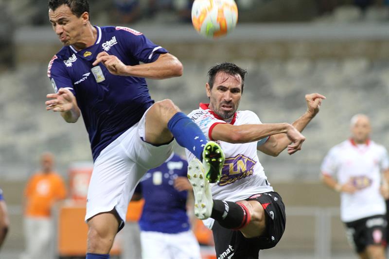 Leandro Damião de Cruzeiro disputa el balón con Eduardo Domínguez (d) de Huracán. Foto: EFE