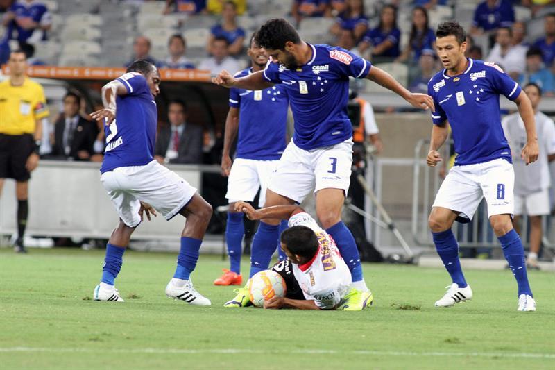 Leo (arriba) de Cruzeiro disputa el balón con Ramón Abila (abajo) de Huracán. Foto: EFE