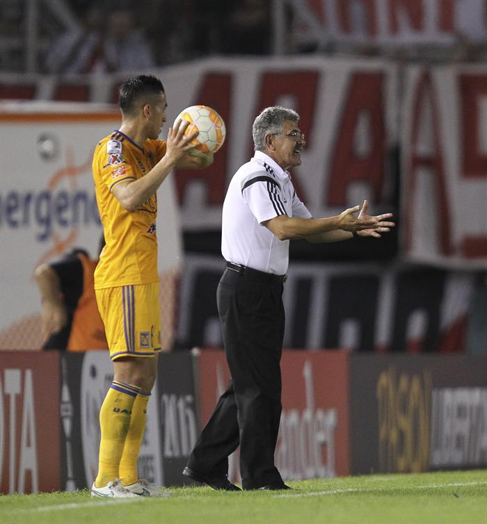 El técnico de Tigres de México, Ricardo Ferretti, reacciona durante un partido de fase de grupos de Copa Libertadores. Foto: EFE