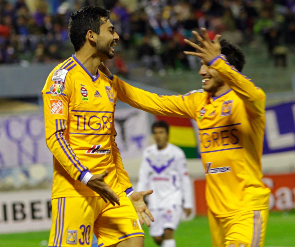El jugador Amaury Escoto (i) de Tigres de México, festeja su gol ante San José. Foto: EFE
