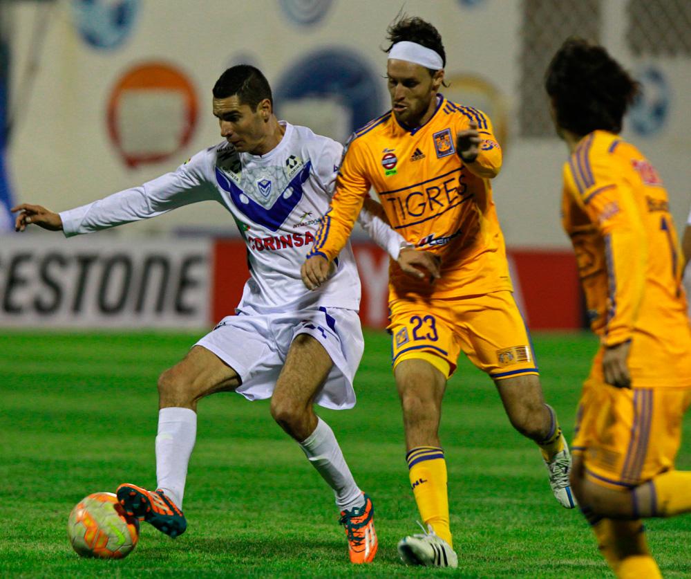 Leandro Ferreira (i) de San Jose disputa la posesión del balón con el jugador Edgar Lugo (c) de Tigres. Foto: EFE