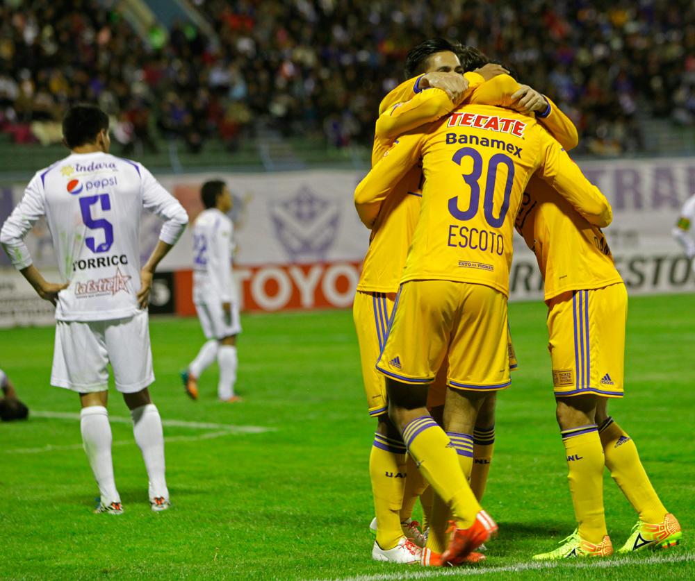 Jugadores de Tigres de México celebran el gol de Amaury Escoto ante San José. Foto: EFE