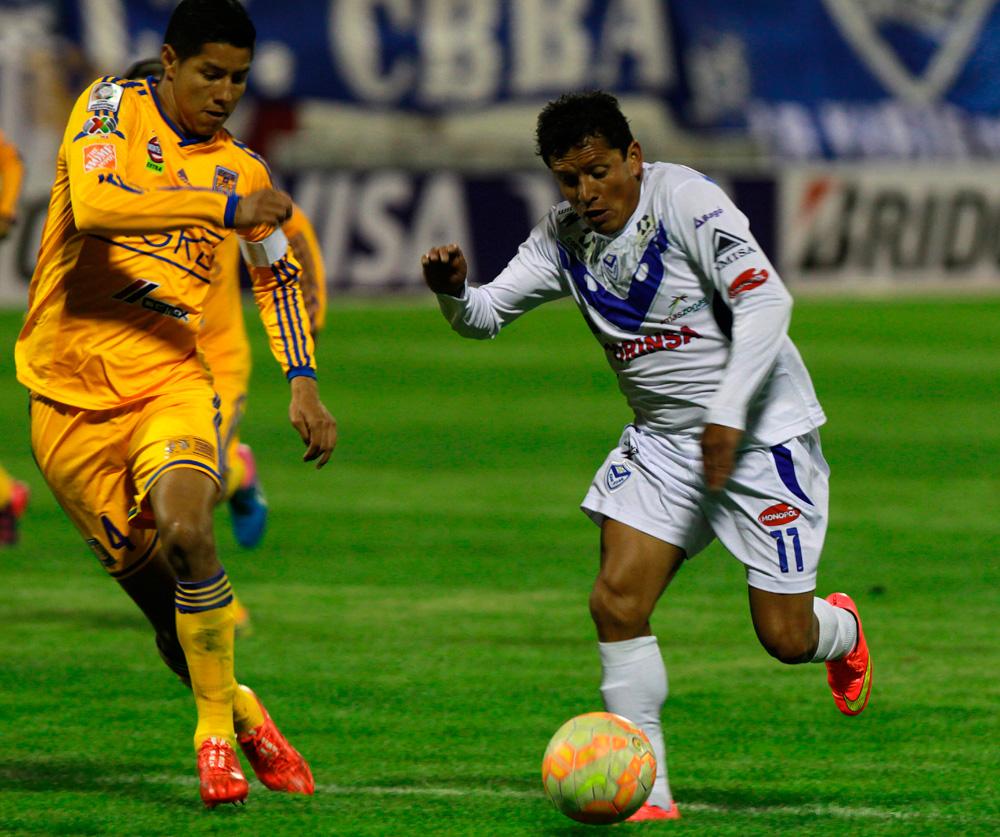Abdón Reyes de San José trata de superar la marca de Hugo Ayala (i) de Tigres. Foto: EFE