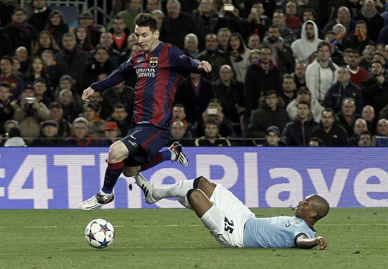 El delantero argentino del FC Barcelona, Leo Messi (i), se lleva el balón ante la entrada. Foto: EFE