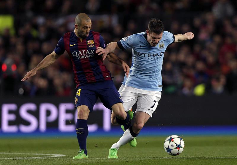 El defensa argentino del FC Barcelona, Javier Mascherano (i), pugna con el centrocampista del Manchester City, James Milner. Foto: EFE