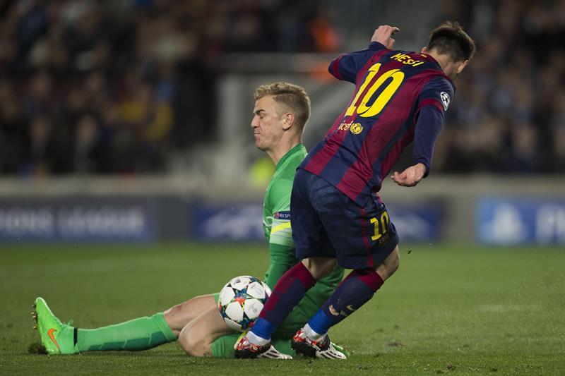 El guardameta del Manchester City, Joe Hart (i), corta el avance del delantero argentino del FC Barcelona, Leo Messi. Foto: EFE