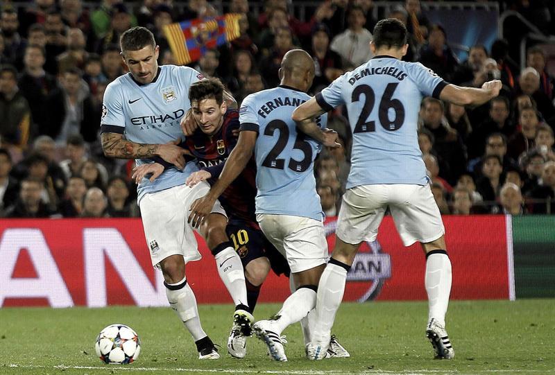 El delantero brasileño del F. C. Barcelona, Leo Messi (2i), intenta llevarse el balón ante los jugadores del Manchester City, el serbio Aleksandar Kolaro. Foto: EFE