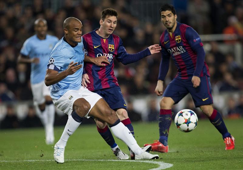 l delantero argentino del FC Barcelona, Leo Messi (c), disputa el balón al defensa del Manchester City, Vincent Kompany. Foto: EFE