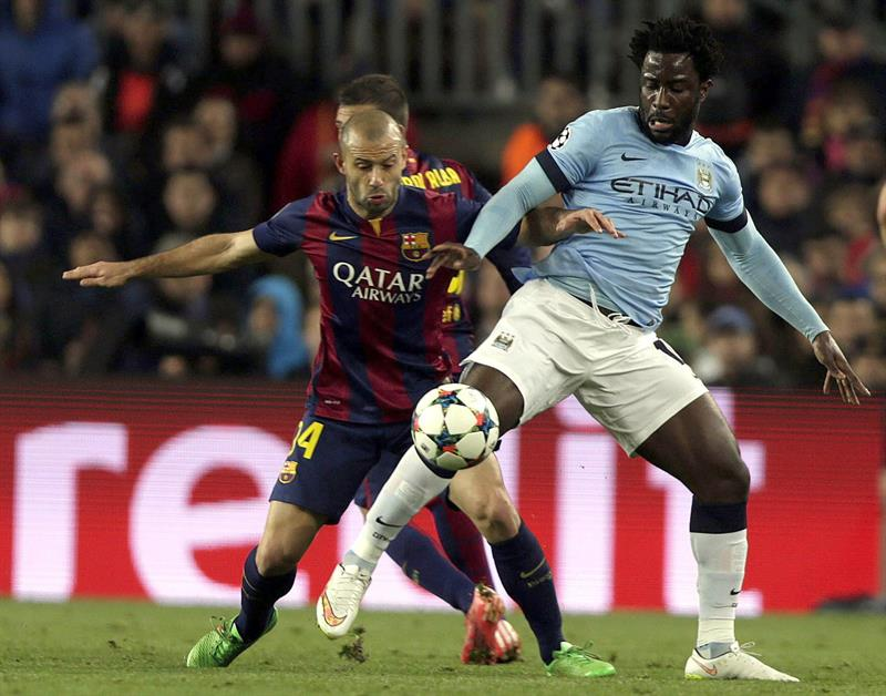 El defensa argentino del F. C. Barcelona, Javier Mascherano (i), disputa el balón con el delantero costamarfileño. Foto: EFE