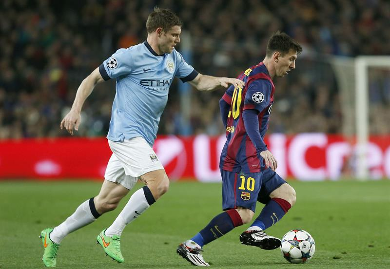 El delantero argentino del FC Barcelona, Lionel Messi (d) controla el balón ante el centrocampista del Manchester City James. Foto: EFE