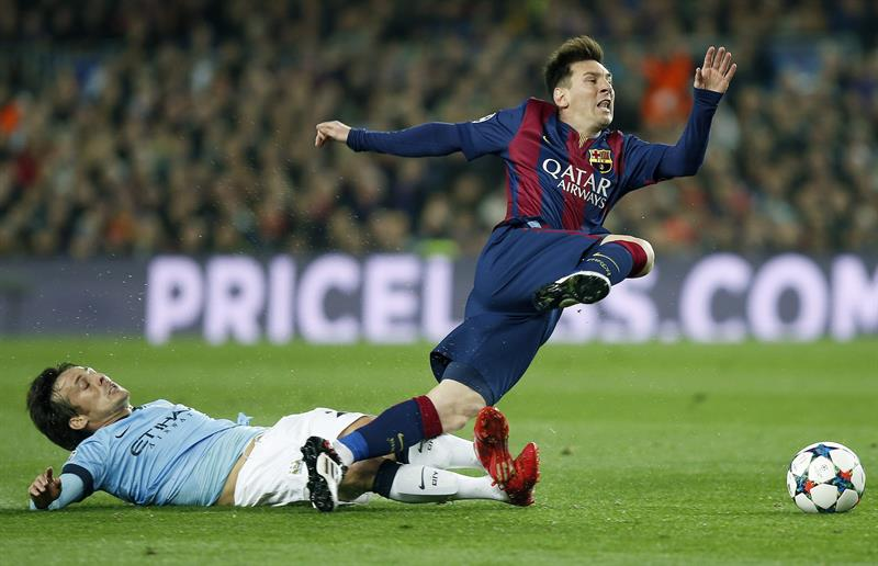 El delantero argentino del FC Barcelona Lionel Messi (d) disputa un balón con el centrocampista español del Manchester City. Foto: EFE