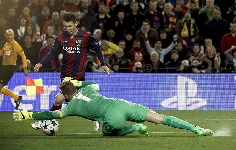 El delantero argentino del FC Barcelona, Leo Messi (i), intenta superar al guardameta del Manchester City, Joe Hart,. Foto: EFE