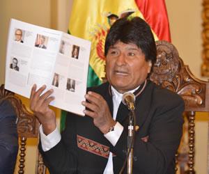 Morales presenta libro de demanda