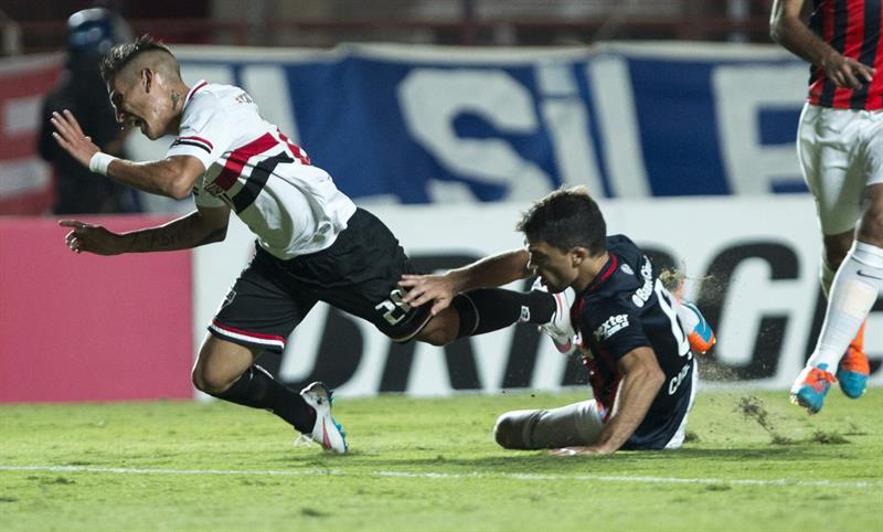 El jugador Matías Caruzzo (d) de San Lorenzo de Argentina disputa el balón con Ricky Centurión (i) de San Pablo de Brasil. Foto: EFE