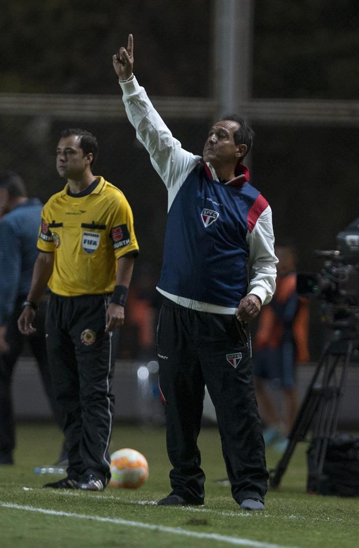 El director técnico de San Pablo de Brasil Muricy Ramalho dirige a su equipo ante San Lorenzo de Argentina. Foto: EFE