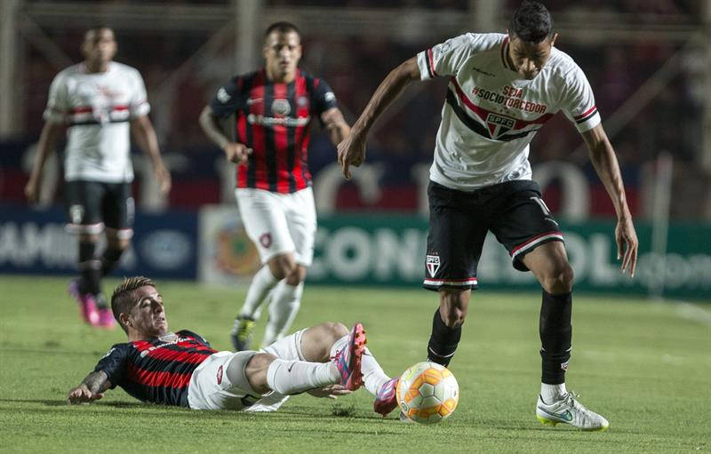 El jugador Julio Buffarini (d) de San Lorenzo de Argentina disputa el balón con Alan Kardec de San Pablo de Brasil. Foto: EFE