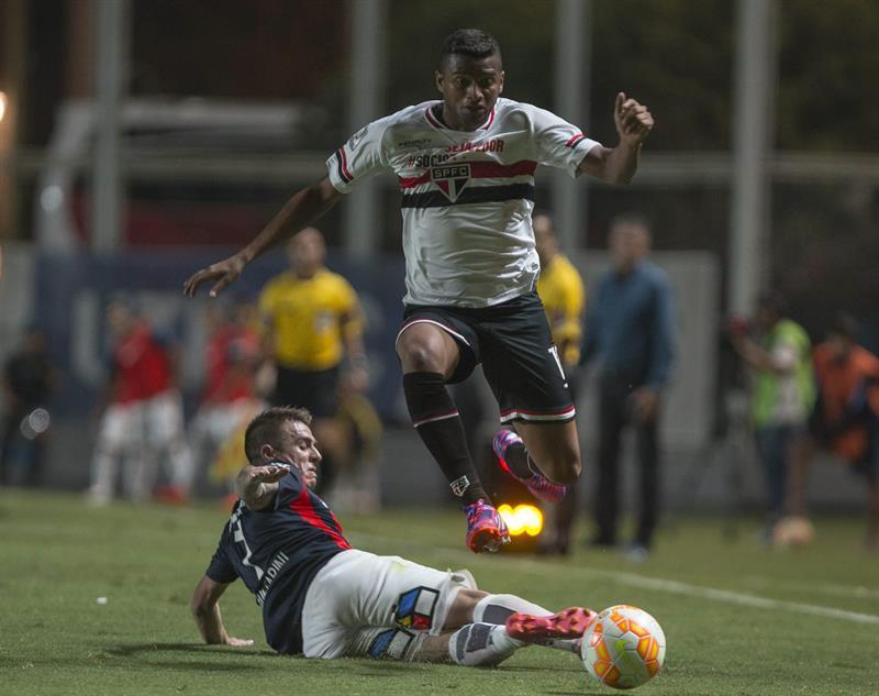El jugador Julio Buffarini (i) de San Lorenzo de Argentina disputa el balón con Reinaldo de San Pablo de Brasil. Foto: EFE